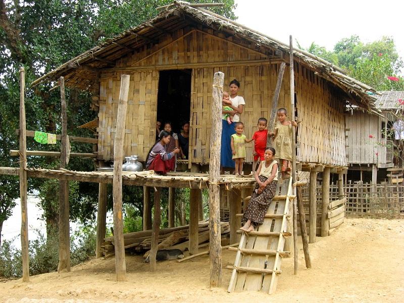 les maisons rurales birmanes en bambou. Black Bedroom Furniture Sets. Home Design Ideas