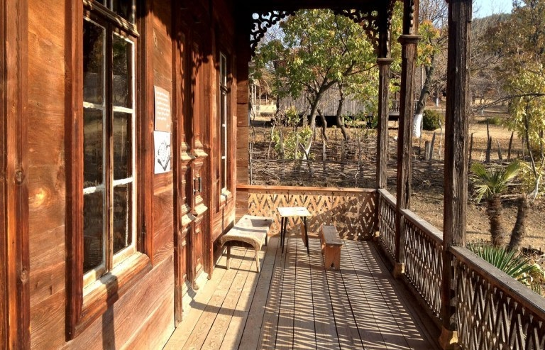 balcon maison traditionnelle géorgie