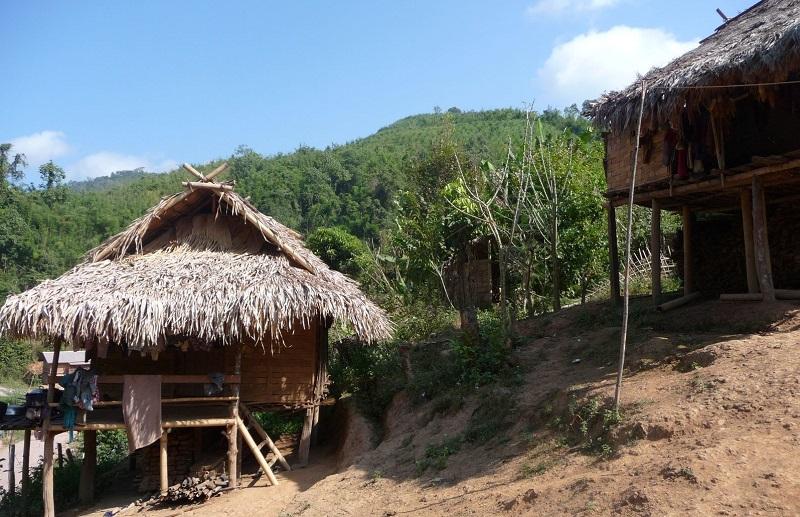 Les maisons traditionnelles alak et katu au laos for Maison traditionnelle laos
