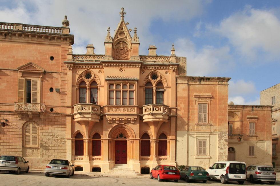 La maison n o gothique de mdina for Architecture neo gothique