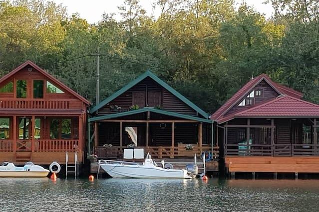 maison pilotis rivière bojana