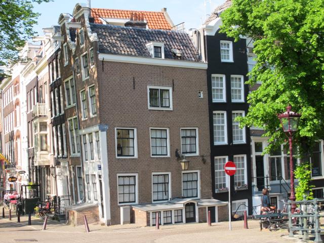 pourquoi les maisons d 39 amsterdam sont elles pench es. Black Bedroom Furniture Sets. Home Design Ideas