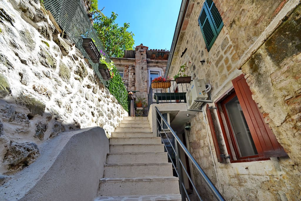 Les maisons en pierre de la vieille ville de kotor for Vieille maison en pierre