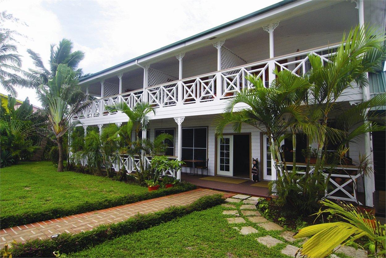 belle maison de style colonial aux tonga. Black Bedroom Furniture Sets. Home Design Ideas