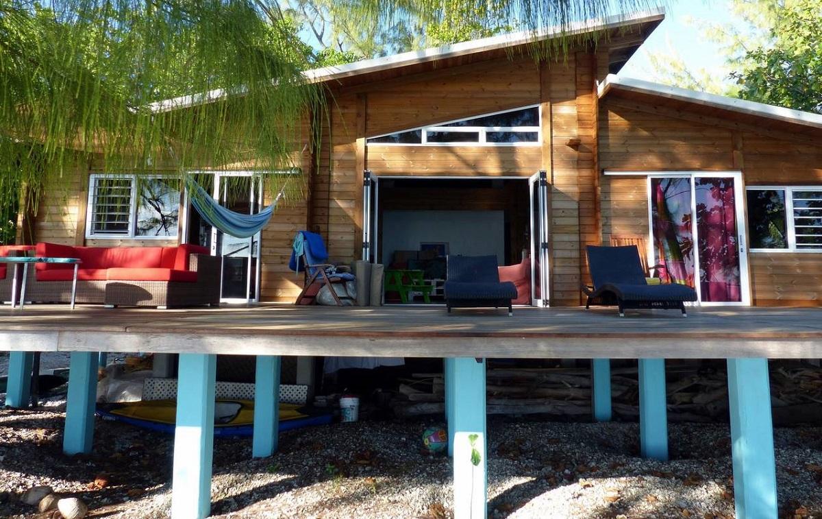 maison en bois sur pilotis à Avatoru