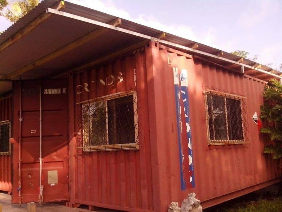une maison faite de conteneurs au vanuatu. Black Bedroom Furniture Sets. Home Design Ideas