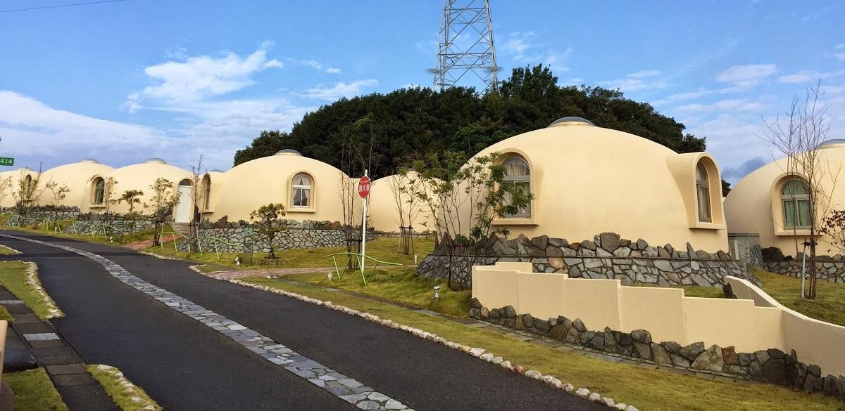 un village de maisons bulles tonnant au japon. Black Bedroom Furniture Sets. Home Design Ideas