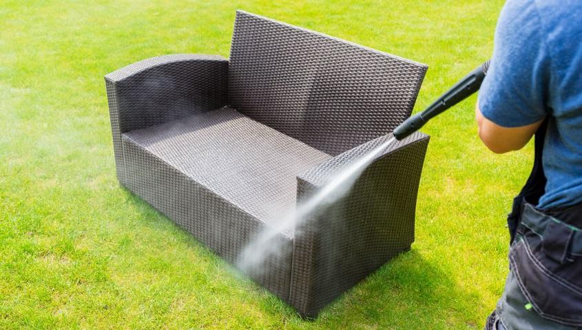 Comment bien nettoyer son salon de jardin