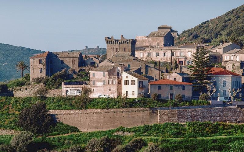 village corse tour carrée